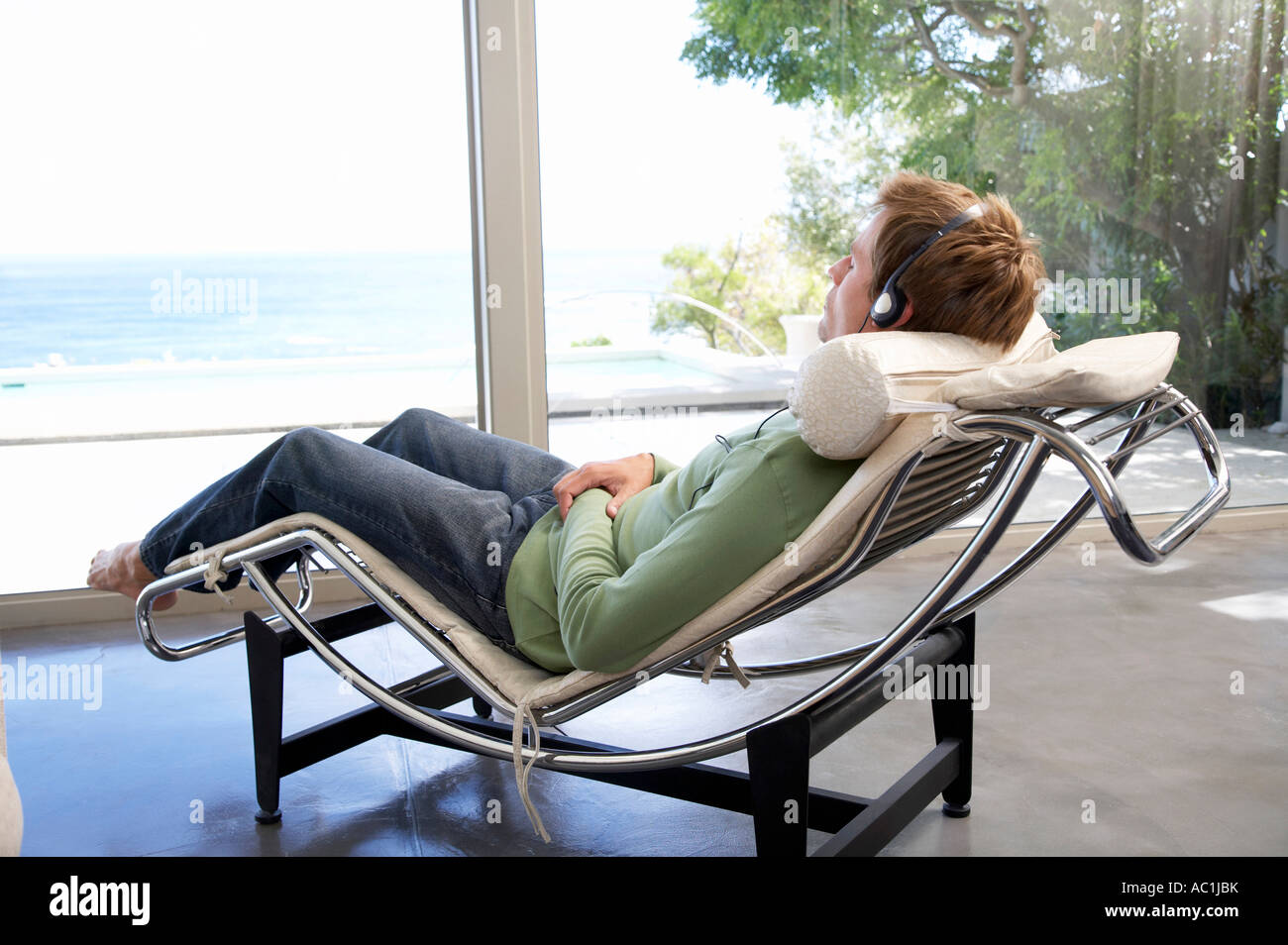 Man wearingbheadphones, relaxing - Stock Image