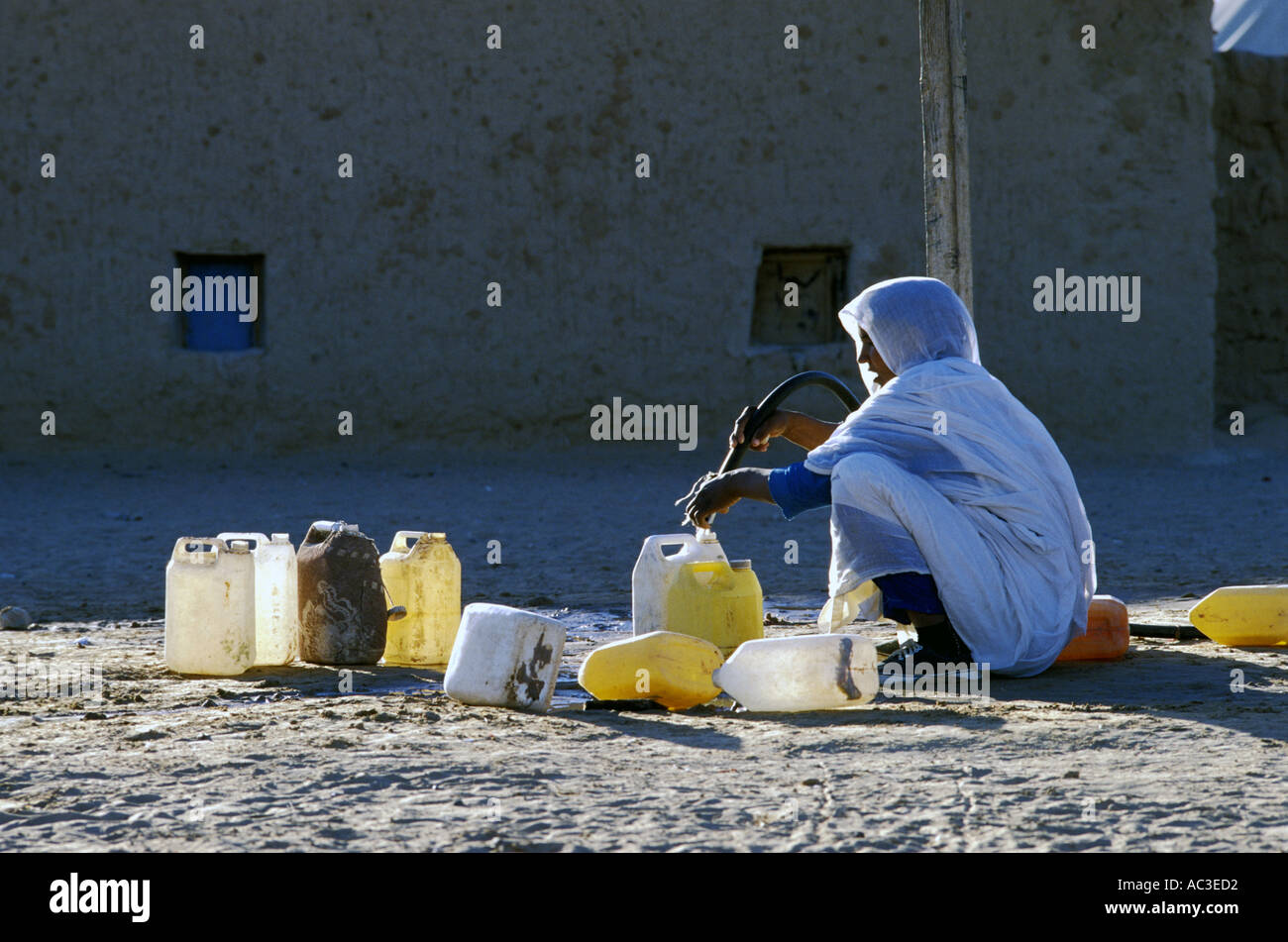 WESTERN SAHARA WOMAN FETCHING WATER AT POLISARIO SMARA CAMP Photo Julio Etchart - Stock Image