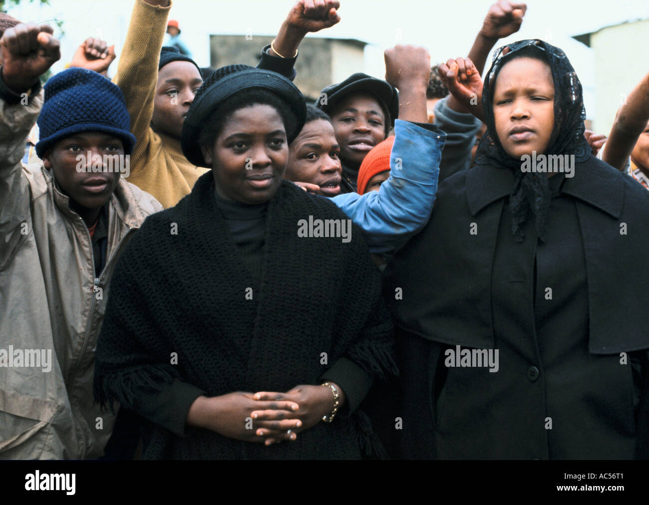 STEVE BIKO'S WIFE AT HIS FUNERAL IN KING WILLIAM'S TOWN 1977 Stock Photo