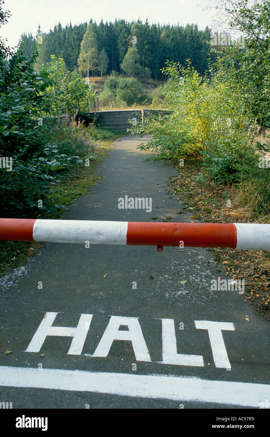 IRON CURTAIN  STOP PAINTED ON ROAD TO NOWHERE NORTH OF HOF 1989 The fall of communism - Stock Image