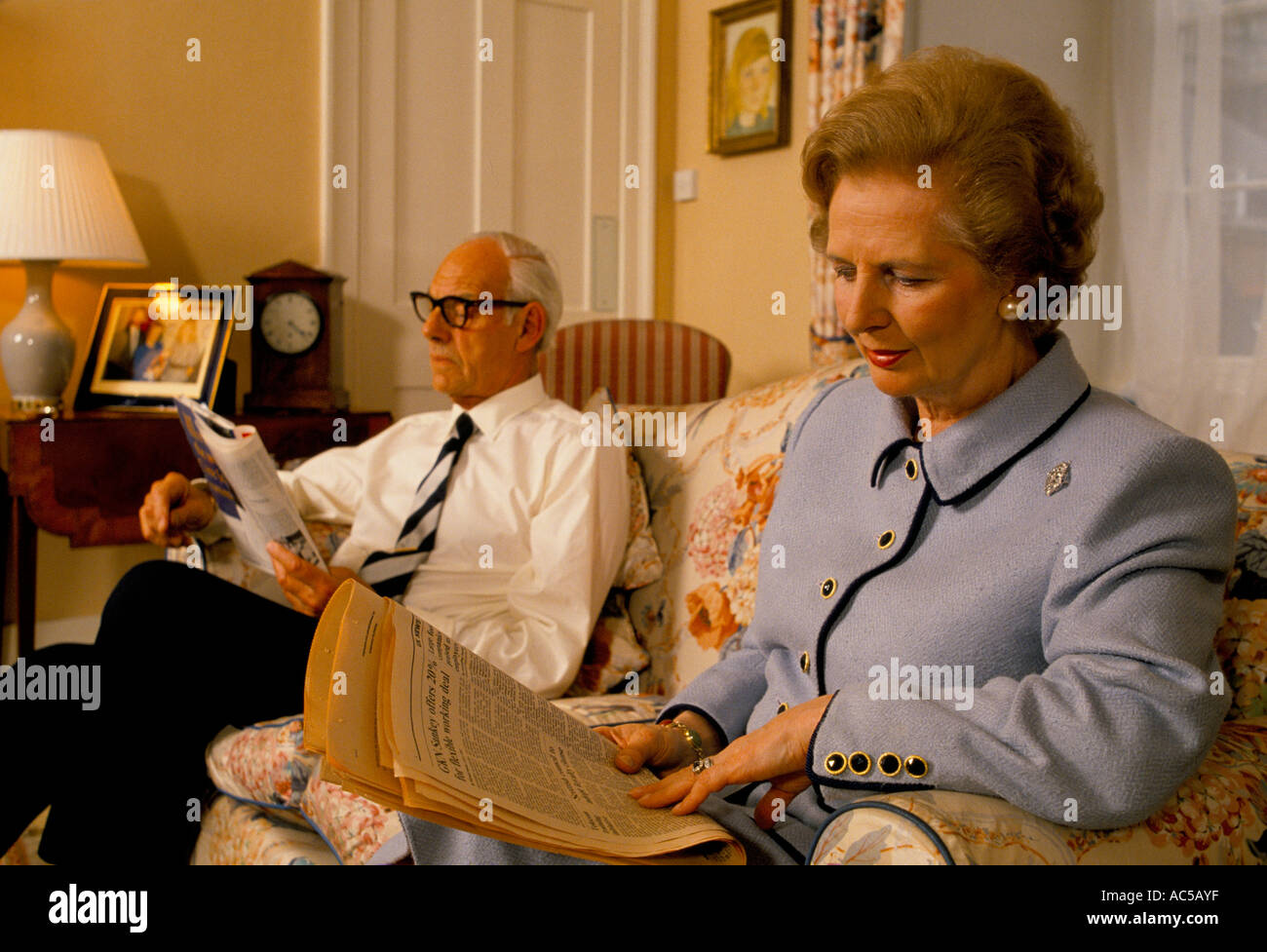 THATCHER DOWNING STREET MARGARET THATCHER SAT IN THE LIVING ROOM WITH HER HUSBAND DENIS READING A BOOK 1989 - Stock Image