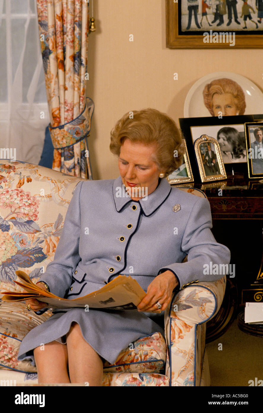 THATCHER DOWNING STREET MARGARET THATCHER SAT IN THE LIVING ROOM READING A BOOK 1989 - Stock Image