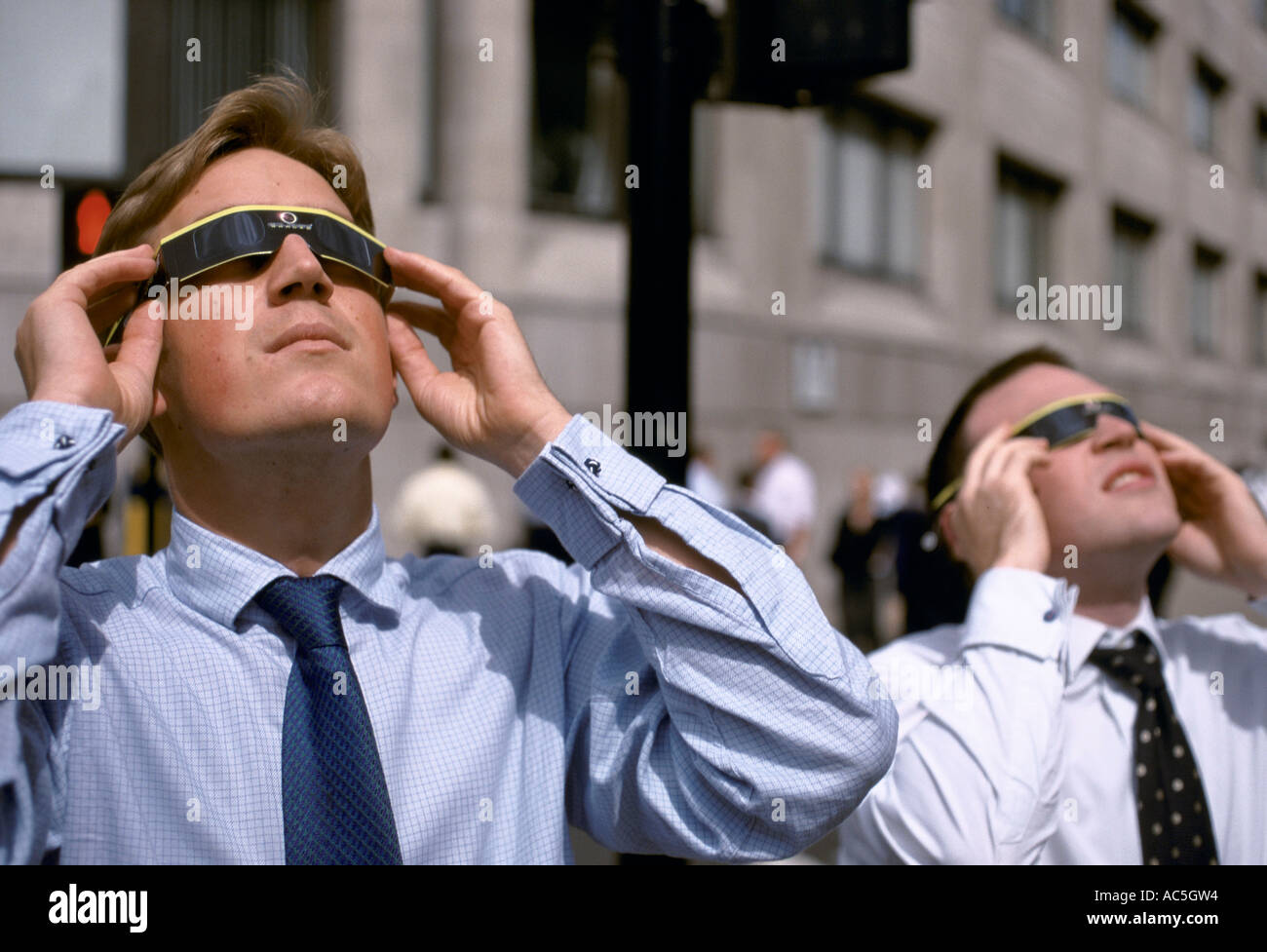OFFICE WORKERS VIEW THE SOLAR ECLIPSE IN LONDON on 11th August 1999 - Stock Image