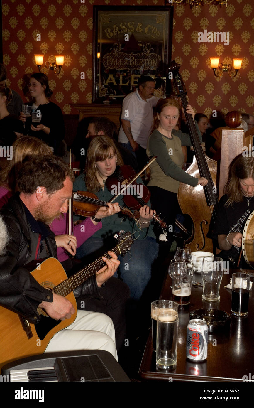 dh Orkney Folk Festival STROMNESS ORKNEY Musicians playing guitar fiddles bass Stromness Hotel lounge bar Stock Photo
