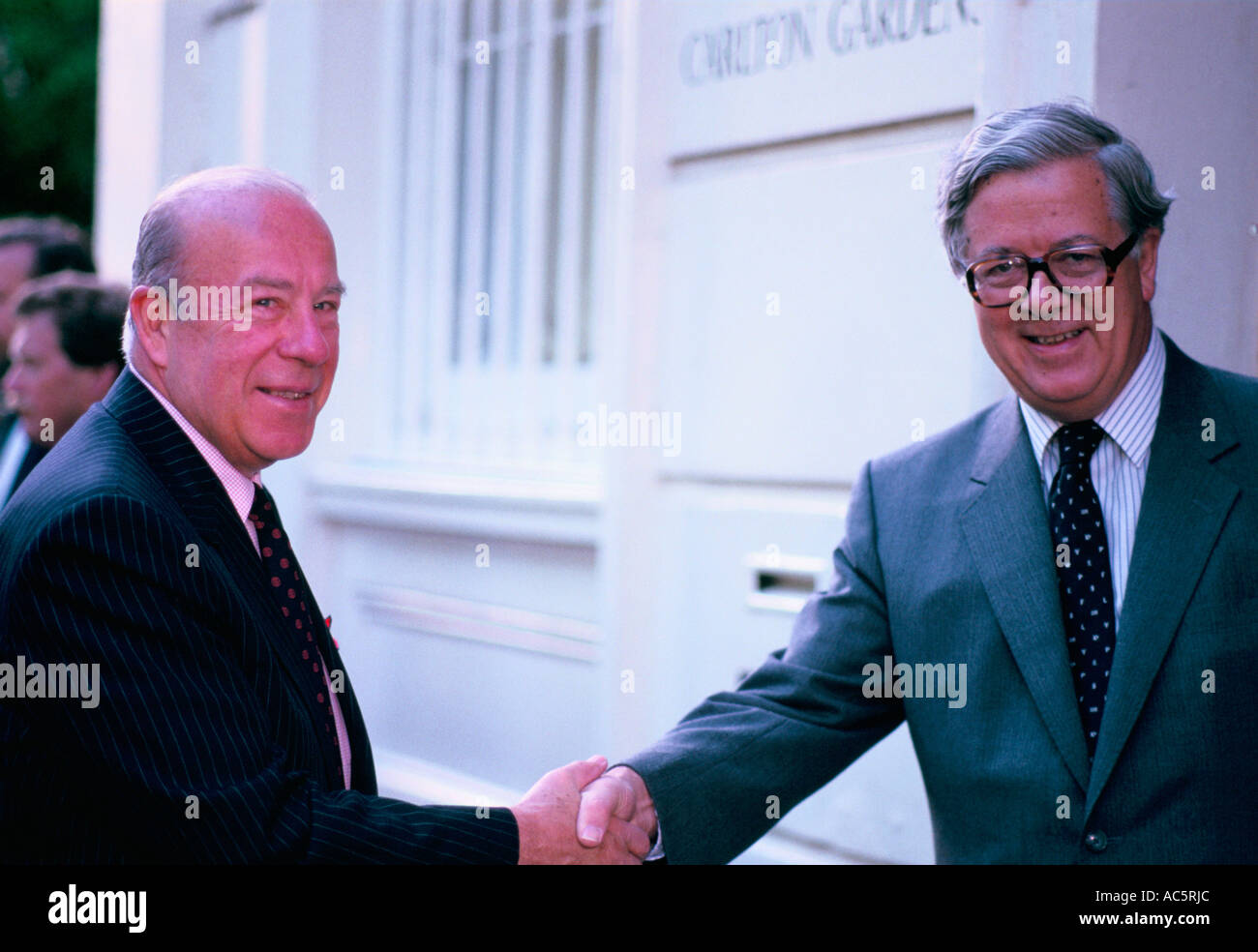 GEOFFREY HOWE GEORGE SCHULTZ SEC OF STATE USA IN LONDON 1988 - Stock Image