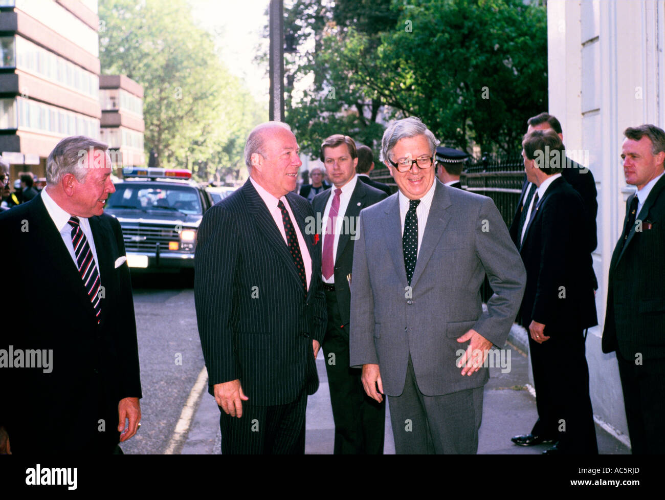 GEOFFREY HOWE AND GEORGE SCHULTZ SEC OF STATE USA IN LONDON 1988 - Stock Image
