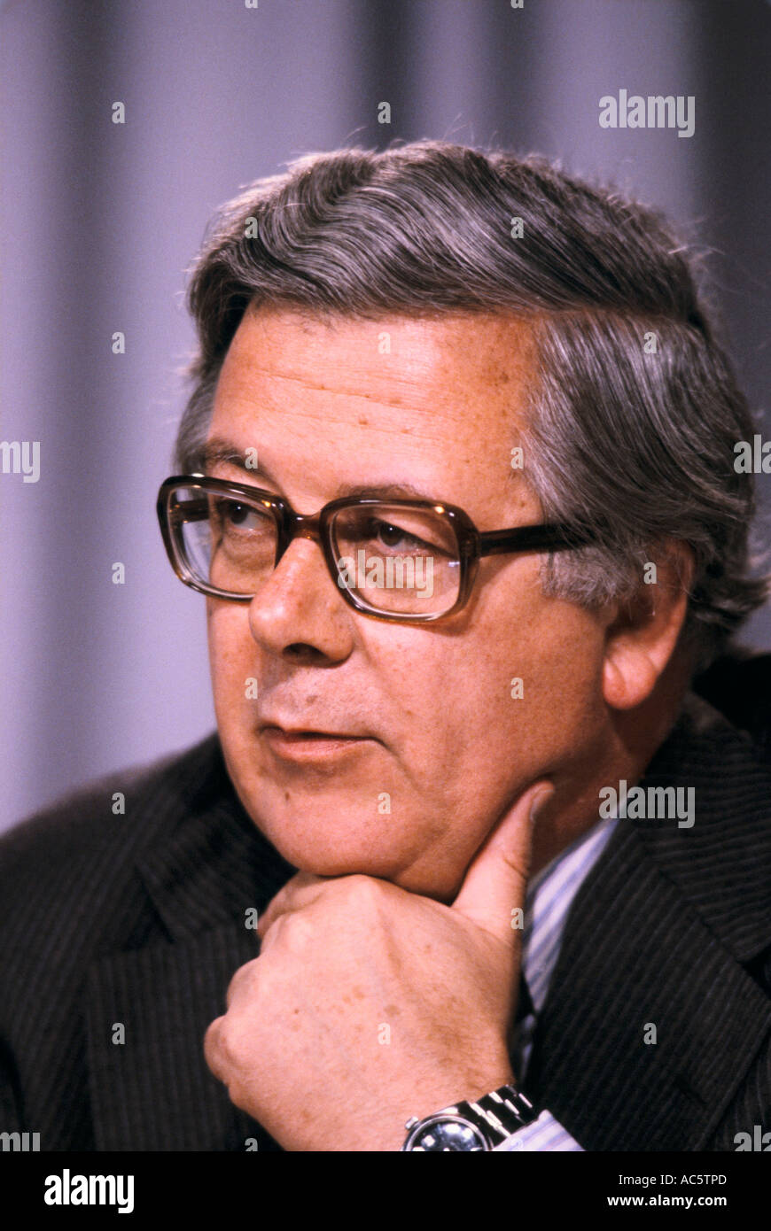 GEOFFREY HOWE CHANCELLOR OF THE EXCHEQUER AT PRESS CONFERENCE BEFORE ELECTION 1983 - Stock Image