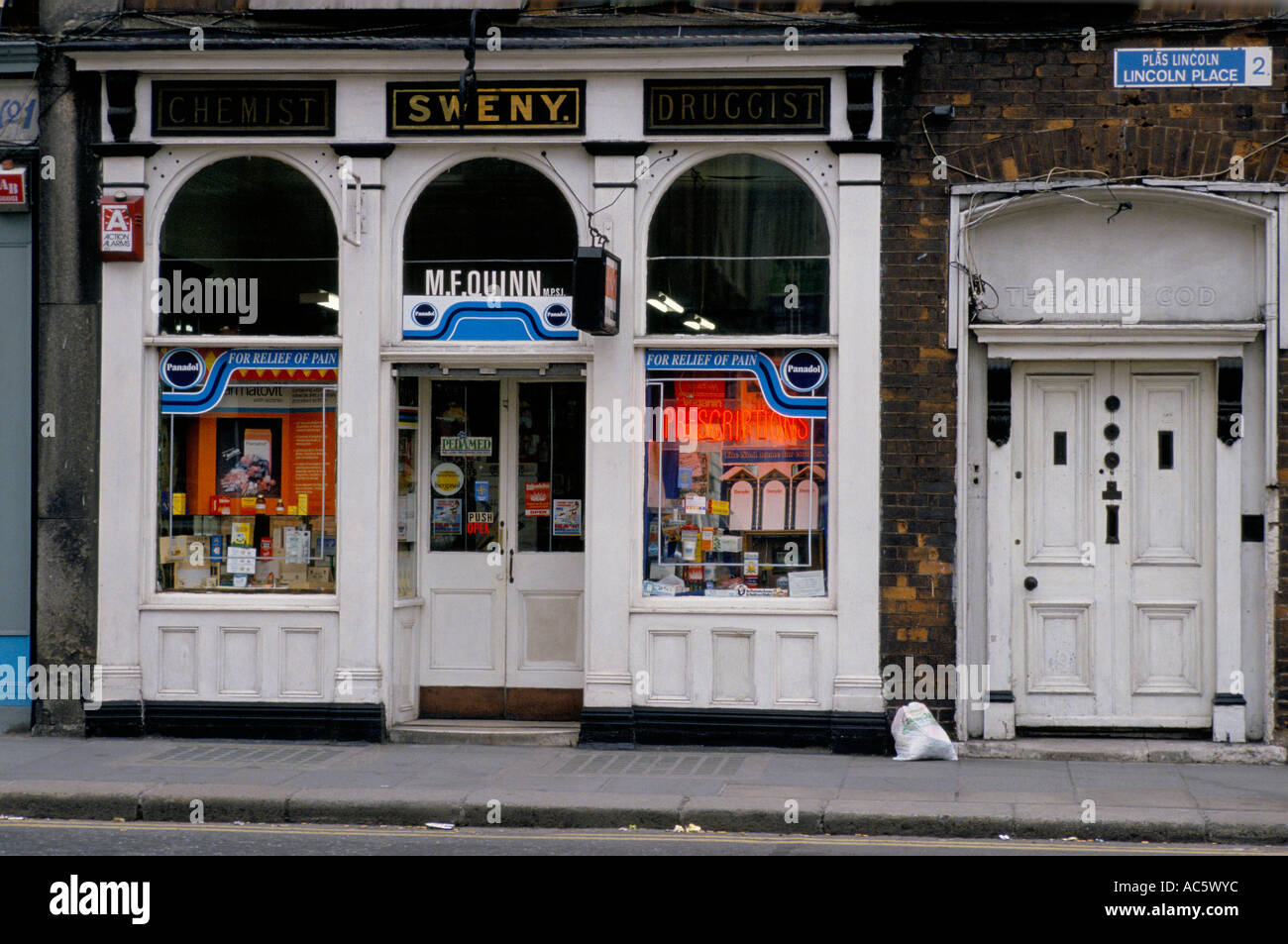 Superbe FRONT DOOR SHOP FRONT OF SWENY S CHEMIST AS FEATURED IN JAMES JOYCE S  ULYSSES LINCOLN PLACE DUBLIN EIRE 5 91