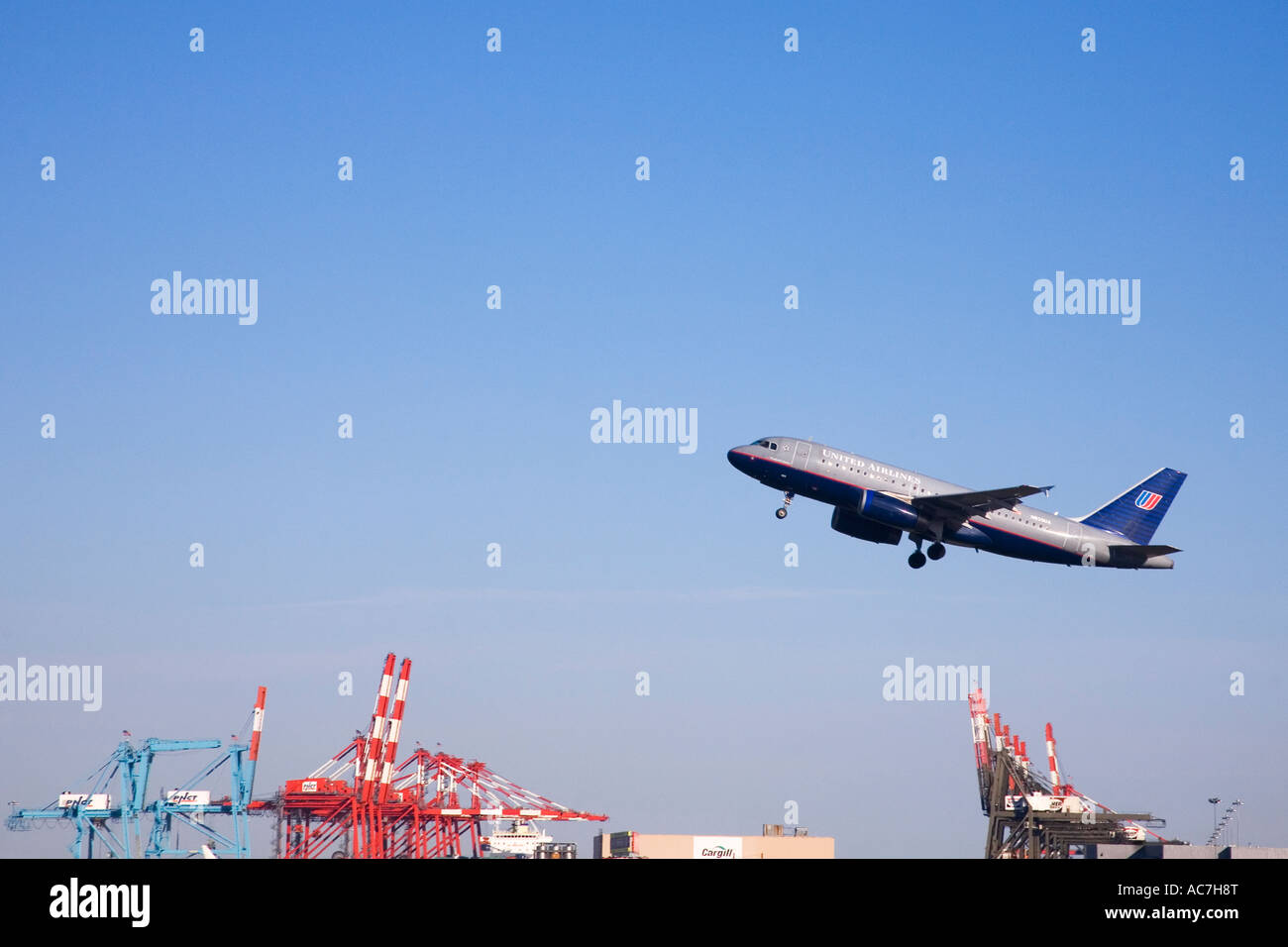 'United Airlines' passenger jet aircraft airplane takes off from Newark International Airport New Jersey - Stock Image