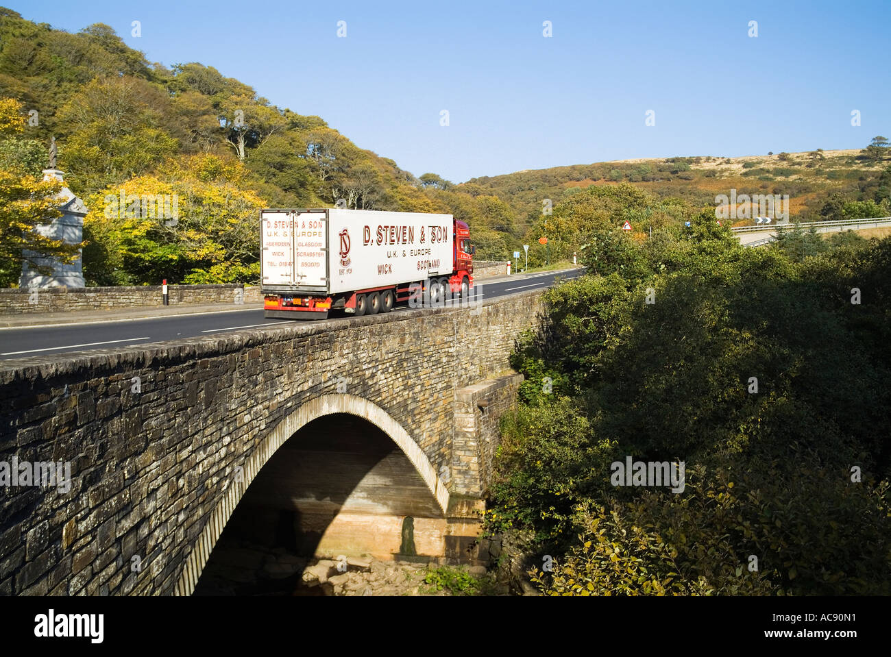 dh  BERRIEDALE CAITHNESS Large lorry over Berriedale Water bridge A9 road scotland - Stock Image