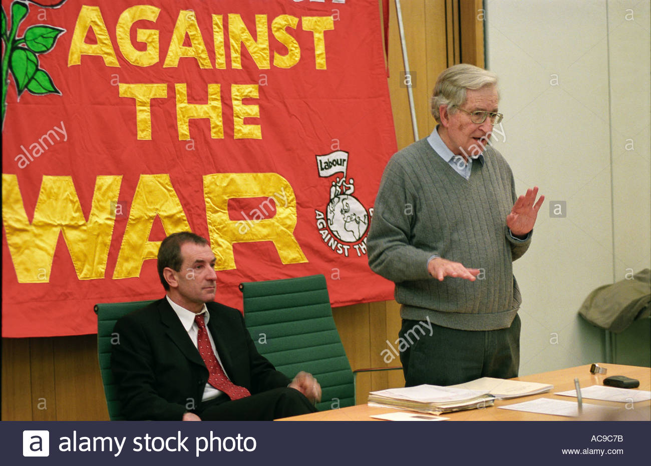 Noam Chomsky speaking at Stop the War in Iraq meeting Labour MP Alan Simpson on left London 10 December 2002 UK - Stock Image
