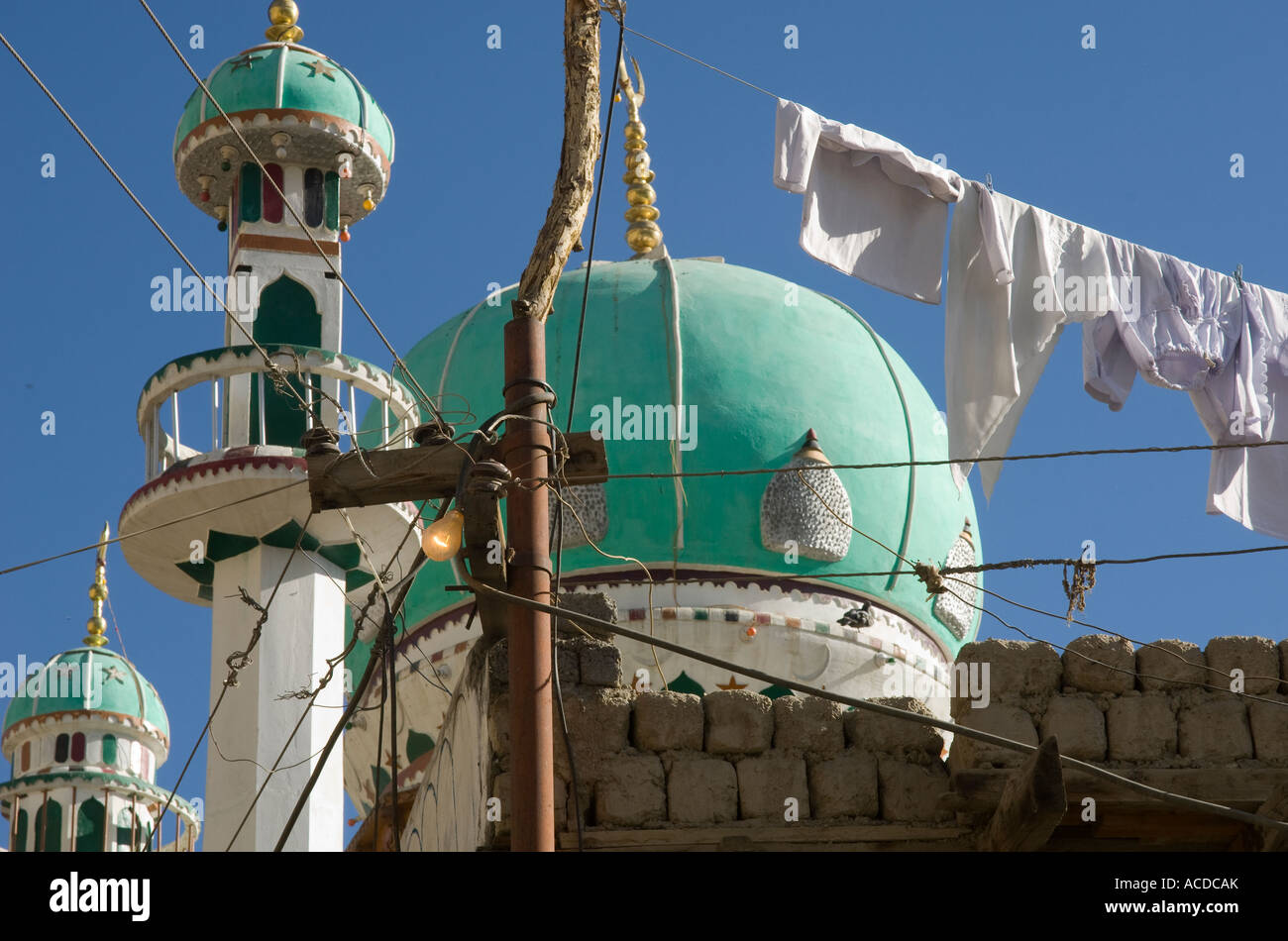 India Himalaya Jammu and Kashmir Ladakh Leh Shiite mosque view with laundry hanging in frgd - Stock Image