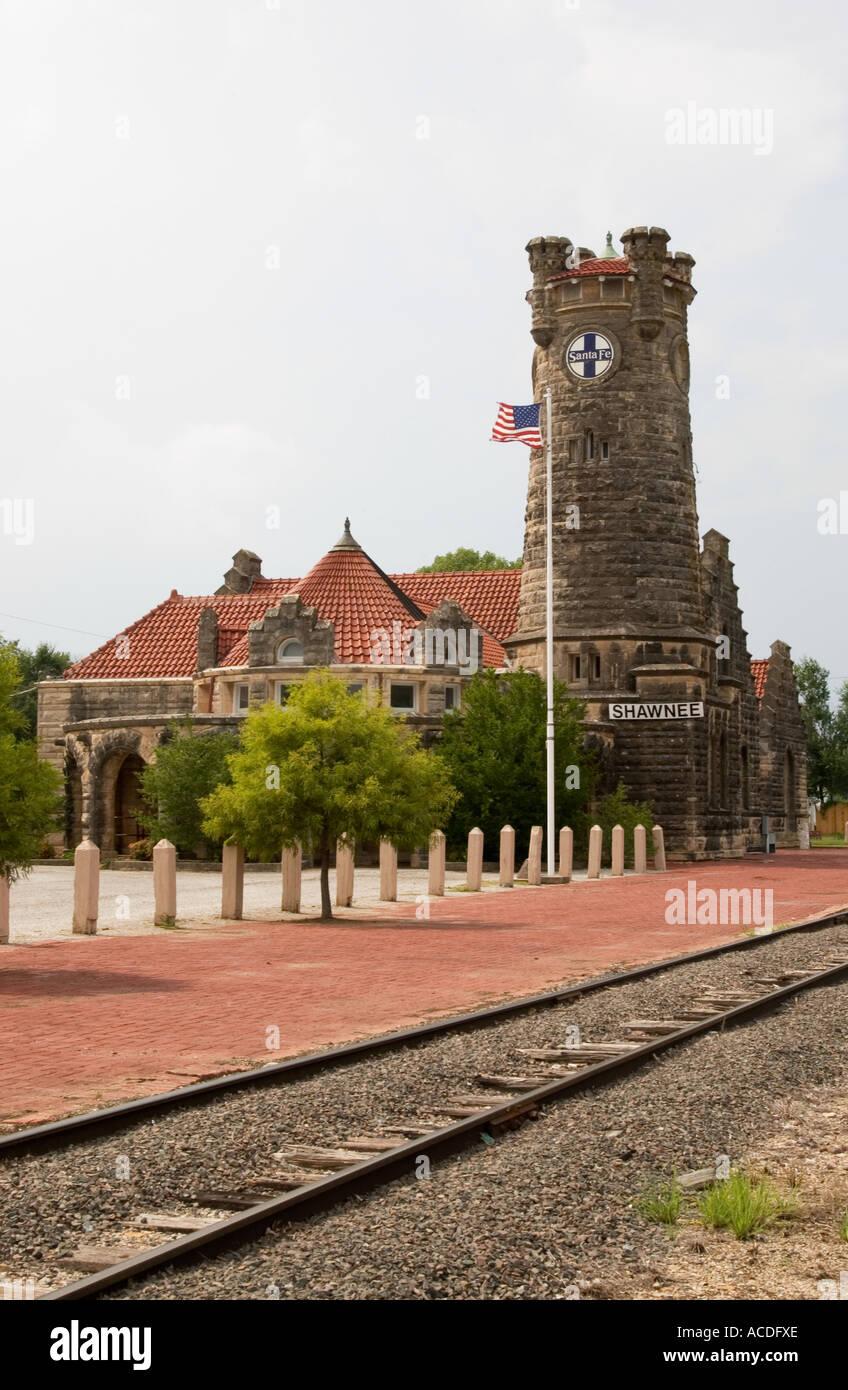 train tracks lead to santa fe depot museum shawnee ok usa stock photo alamy https www alamy com train tracks lead to santa fe depot museum shawnee ok usa image7498989 html