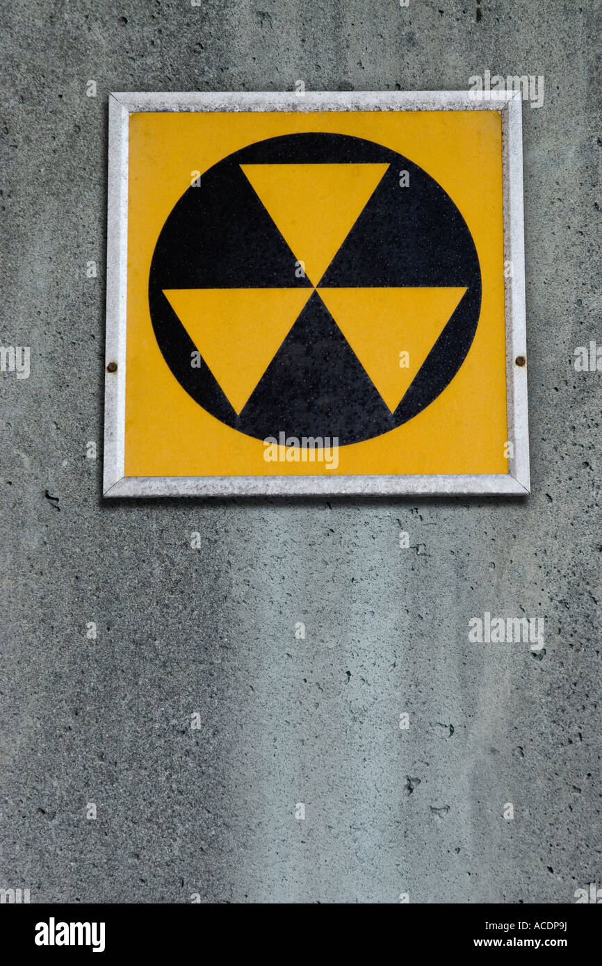 Radiation fallout shelter sign on concrete wall - Stock Image