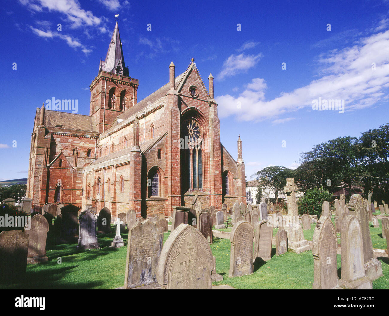 dh St Magnus Cathedral KIRKWALL ORKNEY Graveyard cemetery Norse Viking red and yellow sandstone cathedral Orkneys Stock Photo