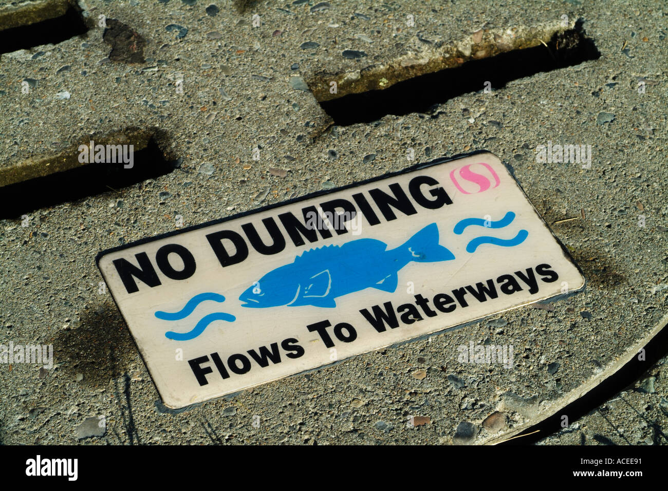 Photo nk0032 D drains carry pollutants such as motor oil runoff containing fertilizers etc into rivers and the sea - Stock Image
