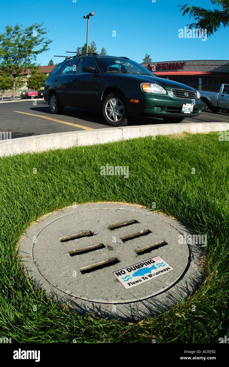 Photo nk0040 D drains carry pollutants such as motor oil runoff containing fertilizers etc into rivers and the sea - Stock Image
