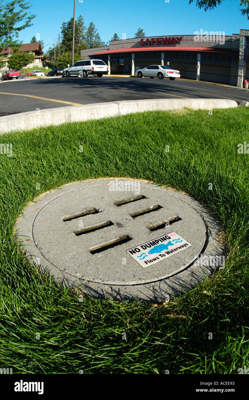 Photo nk0042 D drains carry pollutants such as motor oil runoff containing fertilizers etc into rivers and the sea - Stock Image