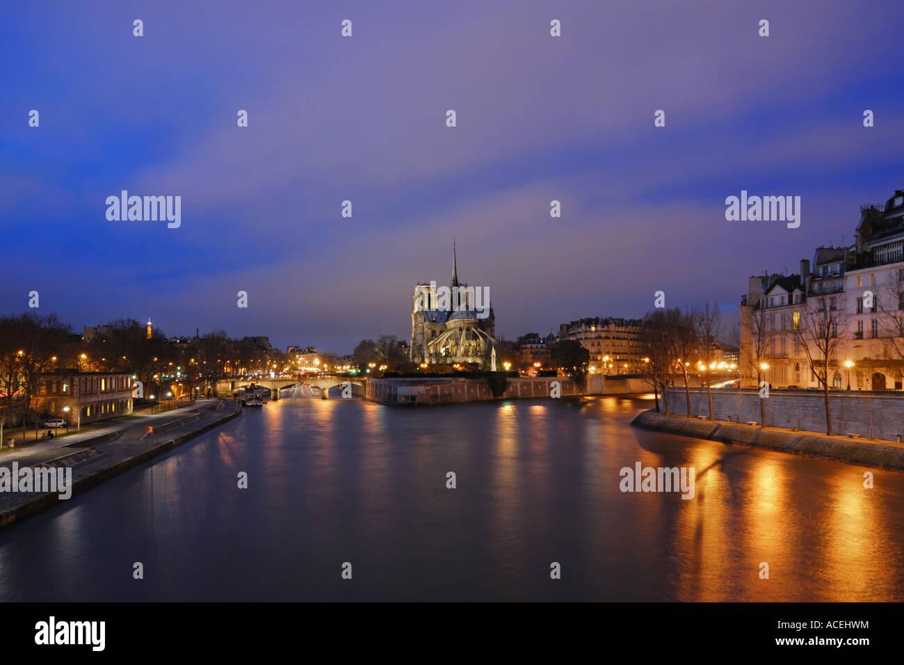 Notre Dame, quai De la Tournelle and Saint-Louis Island at the blue Hour, Paris, France - Stock Image