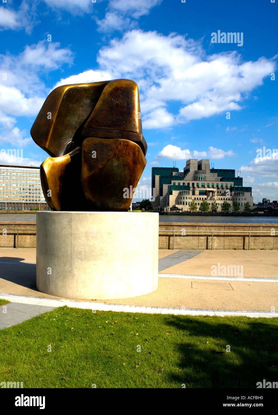 """Sir Henry Moore's Sculpture """"Locking Piece"""" on Millbank, London. MI6 HQ in distance. Stock Photo"""