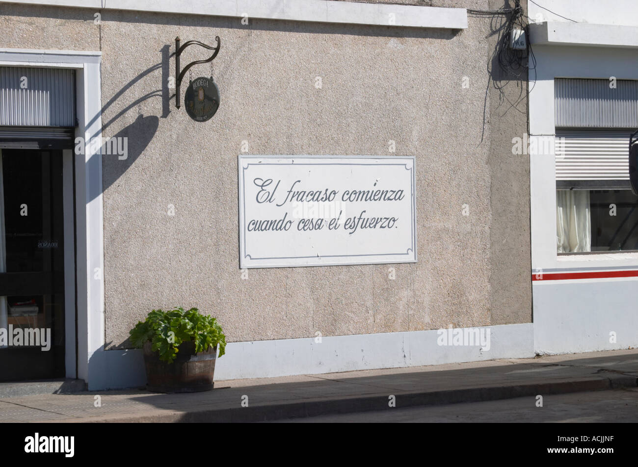 A sign on the outside of the winery saying El frasco comienza cuando cesa el esfuerzo - the decline (fiasco) starts when you cease to make an effort. Bodega Plaza Vidiella Winery, Las Brujas, Canelones, Uruguay, South America - Stock Image