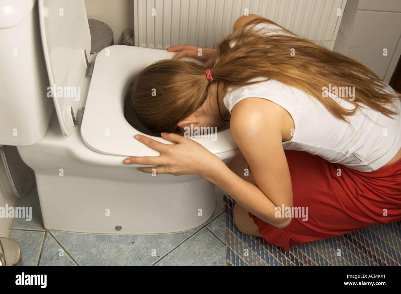Смотреть пьяную азиатку ебут в туалете, Ебет пьяную азиатку в туалете смотреть онлайн на 15 фотография