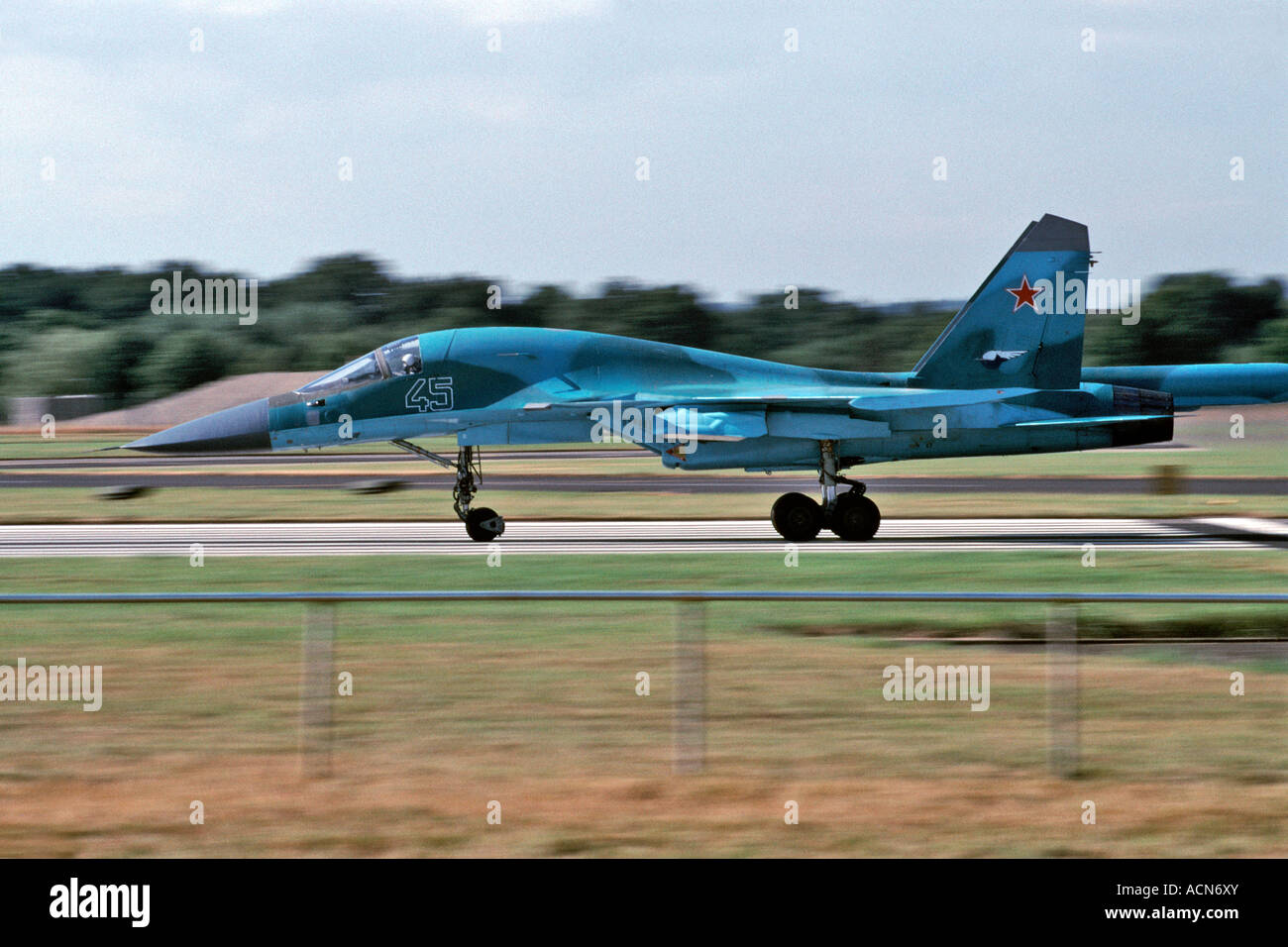 Russian Sukhoi SU-27 Flanker fighter jet taking off at the Farnborough airshow in England in 2000. - Stock Image