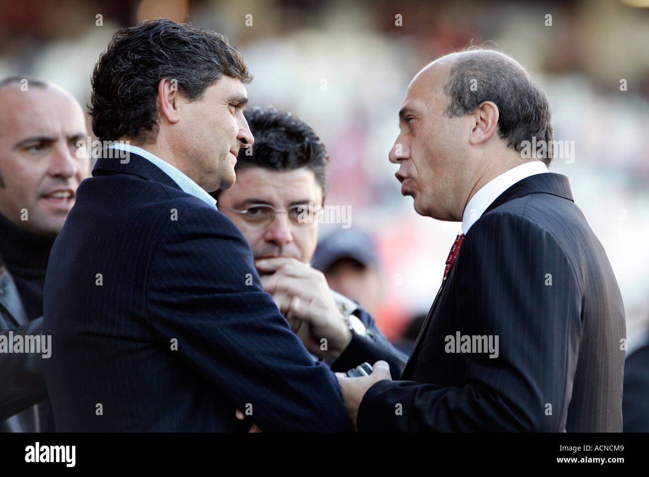 Jose Maria del Nido (right), manager of Sevilla FC, talking with Juande Ramos (left), coach of the team and other staff members - Stock Image