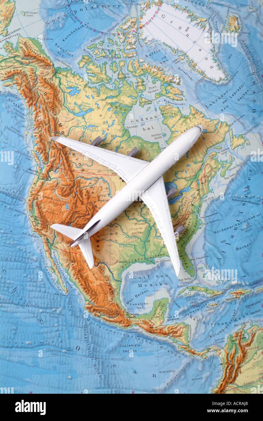 airplane on a map of north america Flugzeug auf einer Karte von USA Nordamerika Kanada - Stock Image