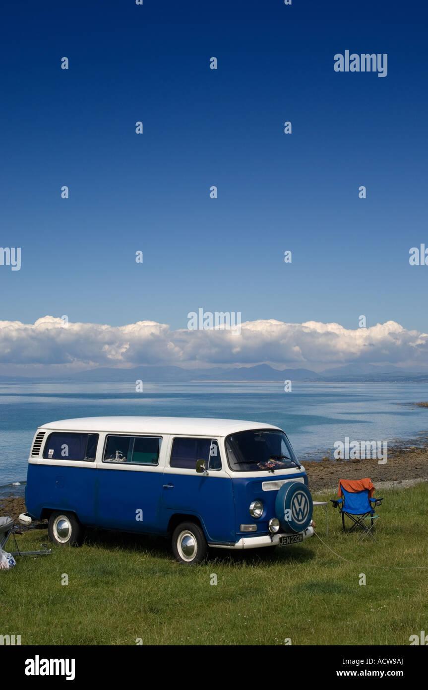 Cae Du campsite Rhosllefain,  Tywyn Gwynedd - VW camper van parked on the beach with Snowdonia mountains in the - Stock Image