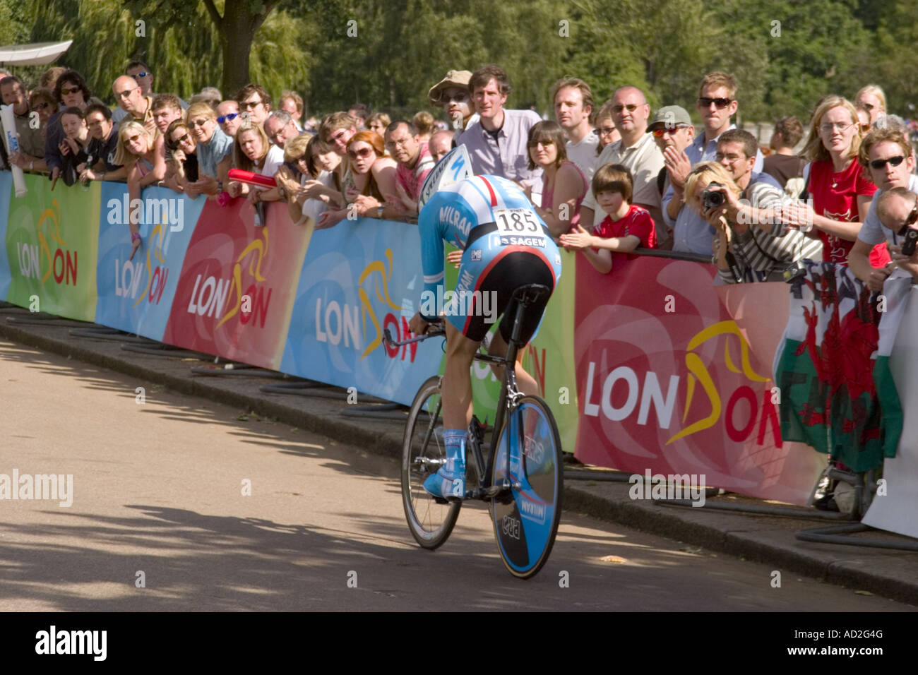 Spectators line the route to watch the Prologue stage of the 2007 Tour de France in  London - Stock Image