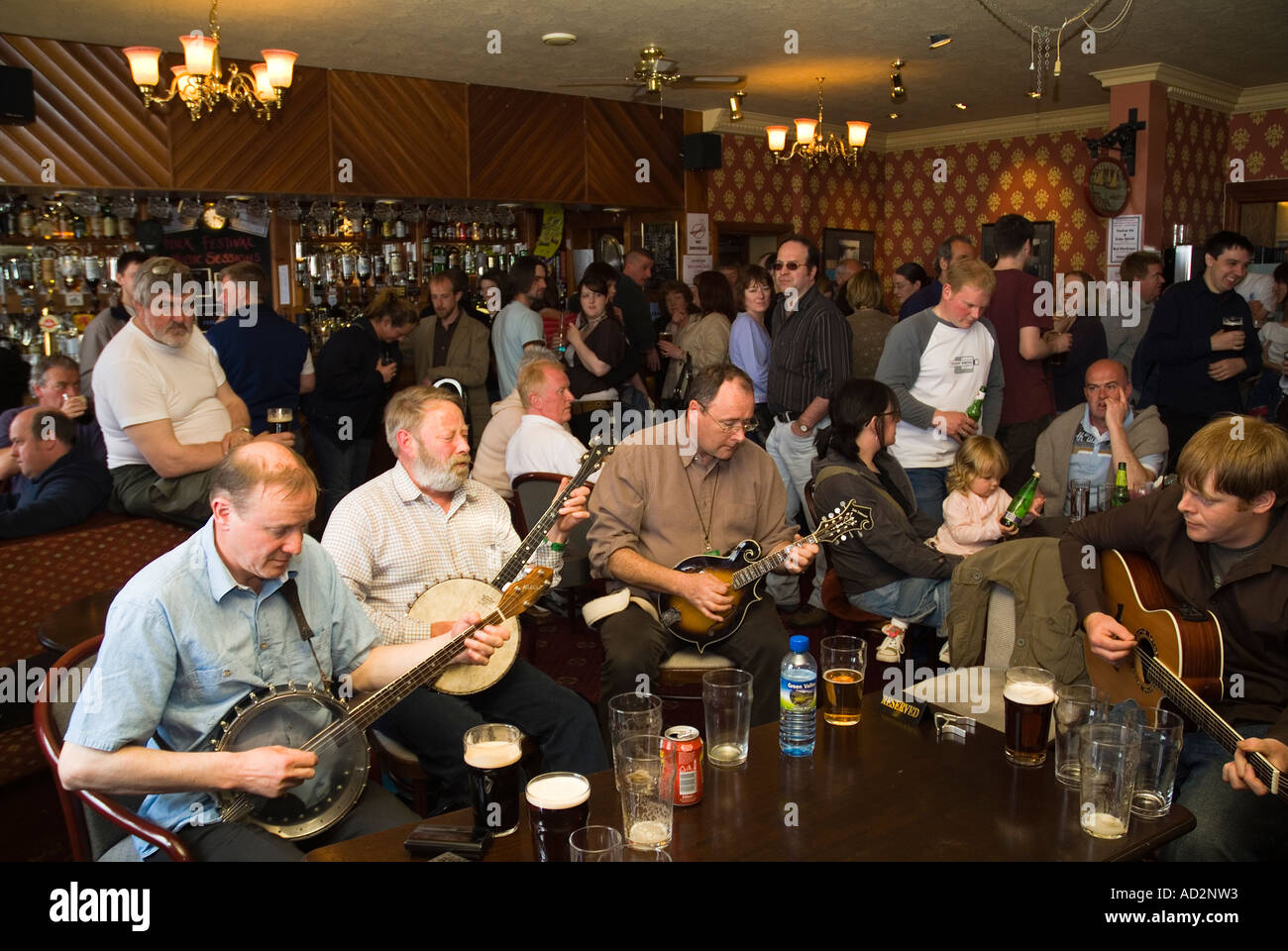dh Orkney Folk Festival STROMNESS ORKNEY Musicians playing banjos and guitar Stromness Hotel lounge bar scotland Stock Photo