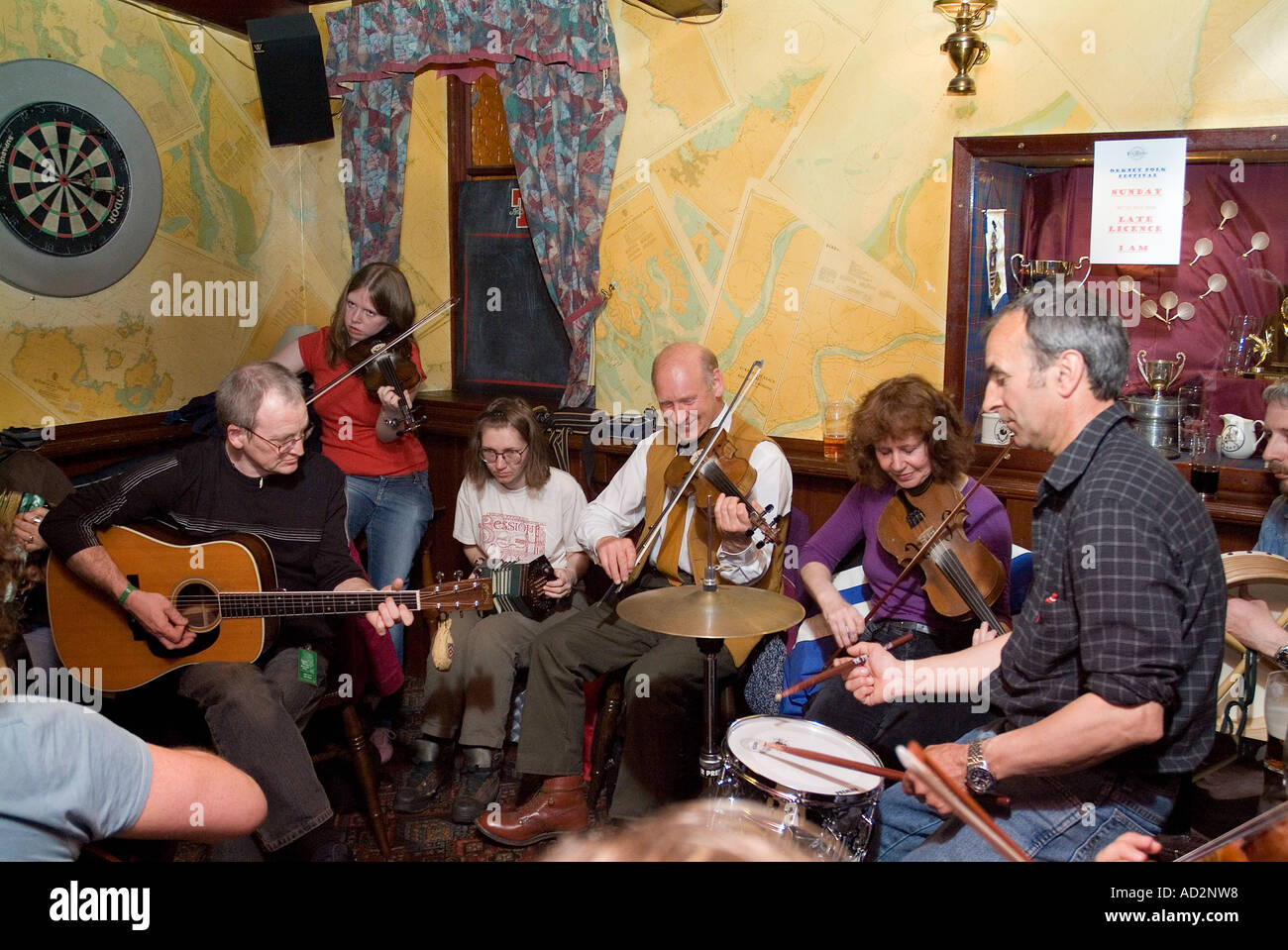 dh Orkney Folk Festival STROMNESS ORKNEY Musicians playing musical instrument at the Ferry Inn public house Stock Photo