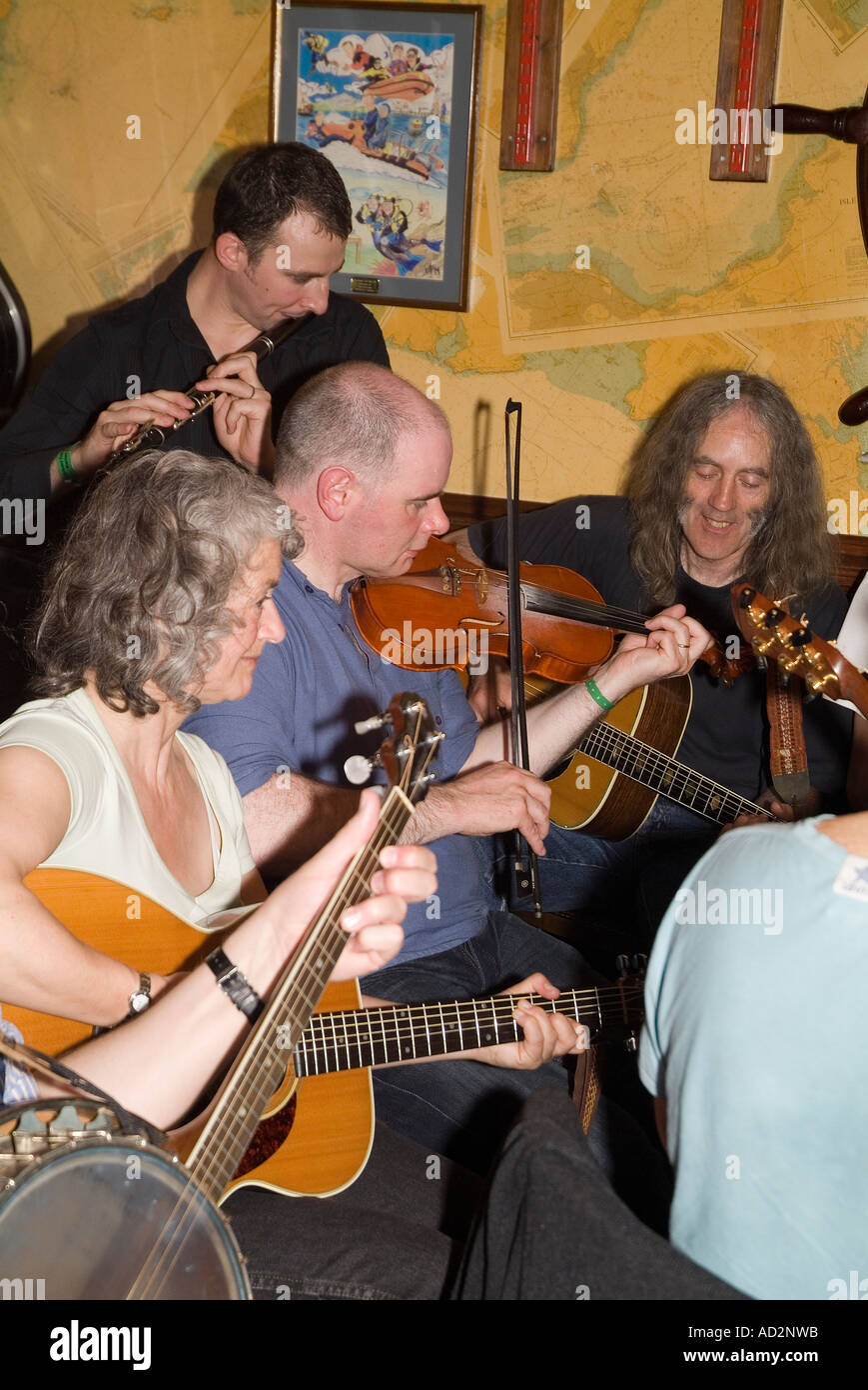 dh Orkney Folk Festival STROMNESS ORKNEY Musicians playing musical instruments at the Ferry Inn public house Stock Photo