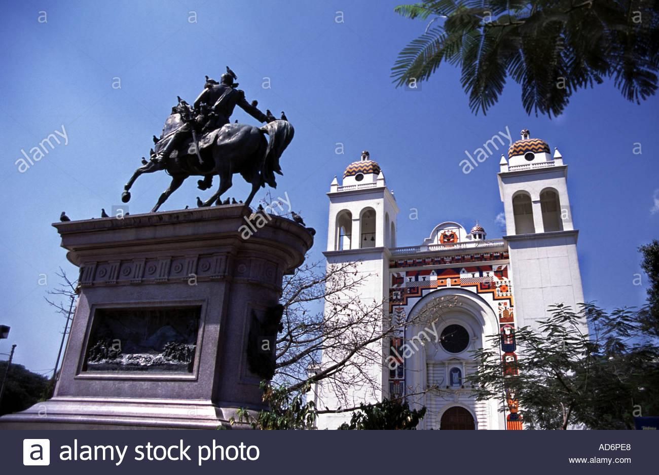 SAN SALVADOR EL SALVADOR  Plaza Barrios with Catedral Metropolitana behind - Stock Image