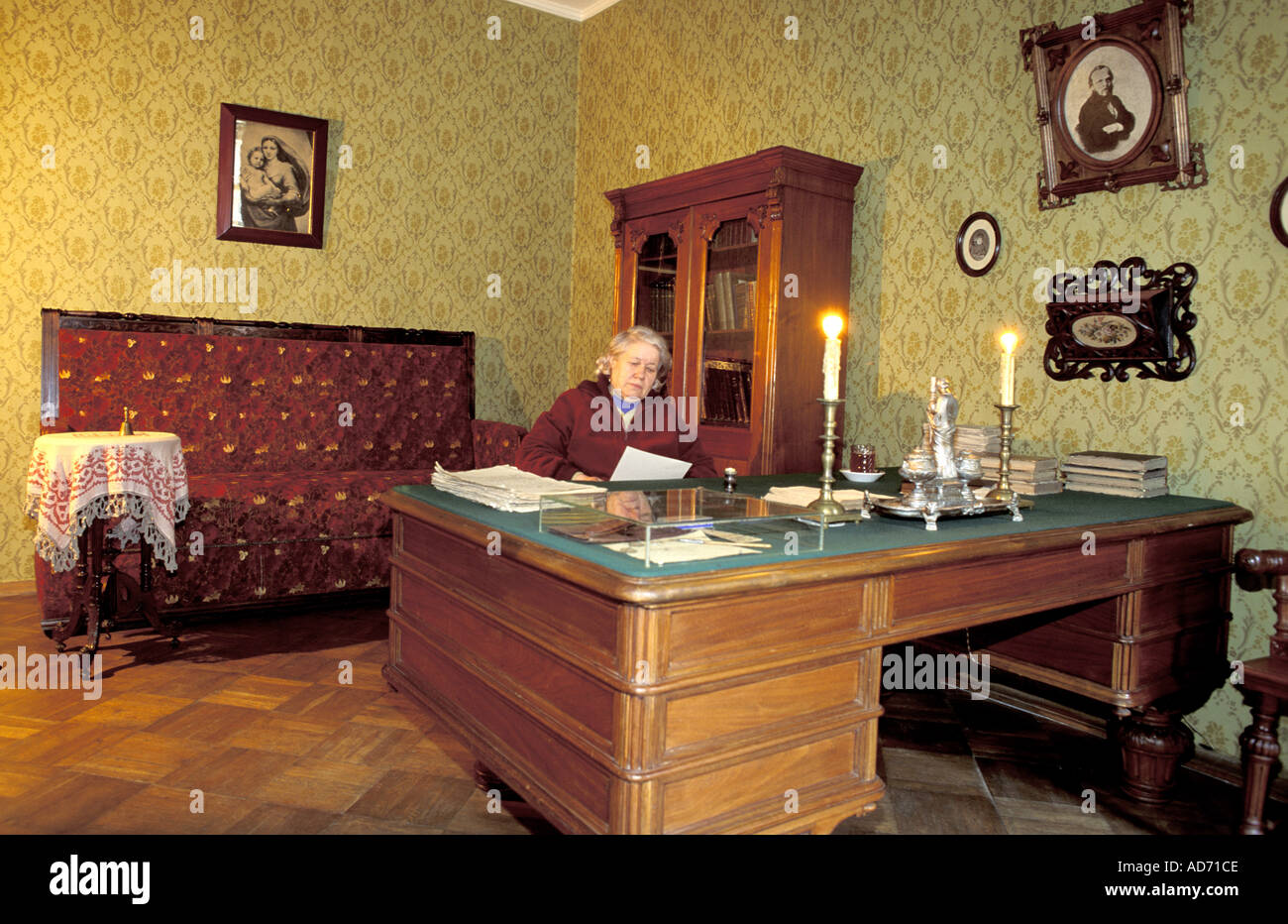 RUSSIA ST PETERSBURG WRITER DOSTOIEVSKY APARTMENT MRS POPOVSKA HEAD OF MUSEUM SITTING AT HIS DESK MR - Stock Image