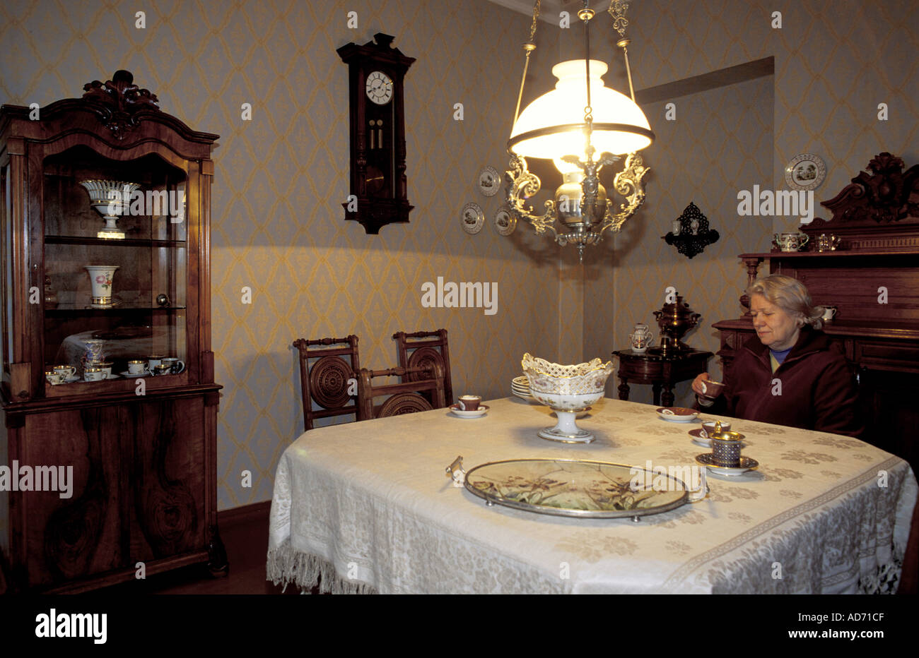RUSSIA ST PETERSBURG WRITER DOSTOIEVSKY APARTMENT MRS POPOVSKA HEAD OF MUSEUM SITTING AT HIS DINING TABLE MR - Stock Image
