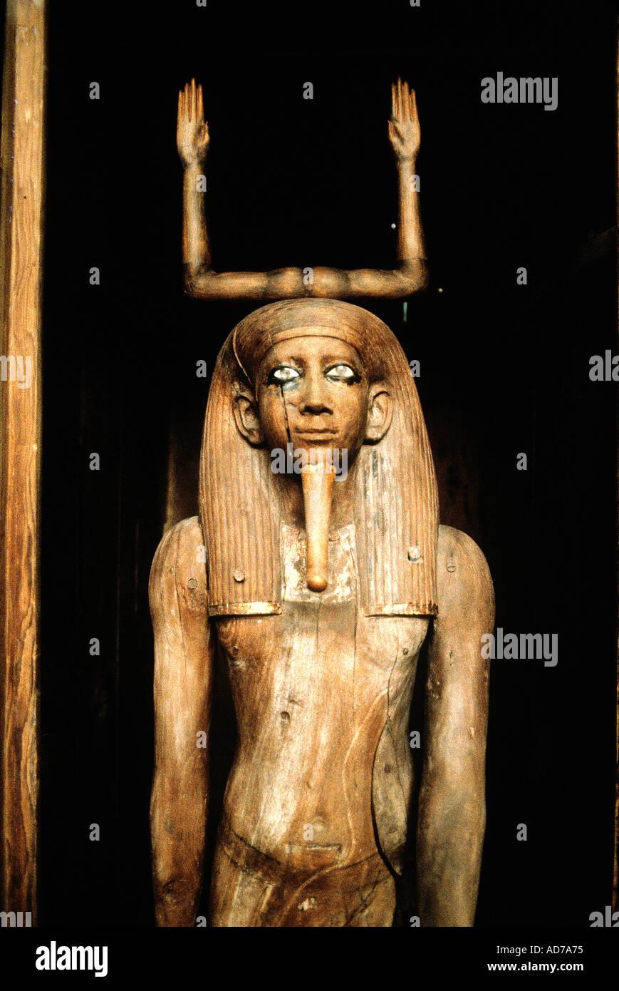 EGYPT CAIRO ANTIQUES MUSEUM PHARAOH TUT EN KAMON GRAVE ARTIFACTS WOODEN STATUE - Stock Image