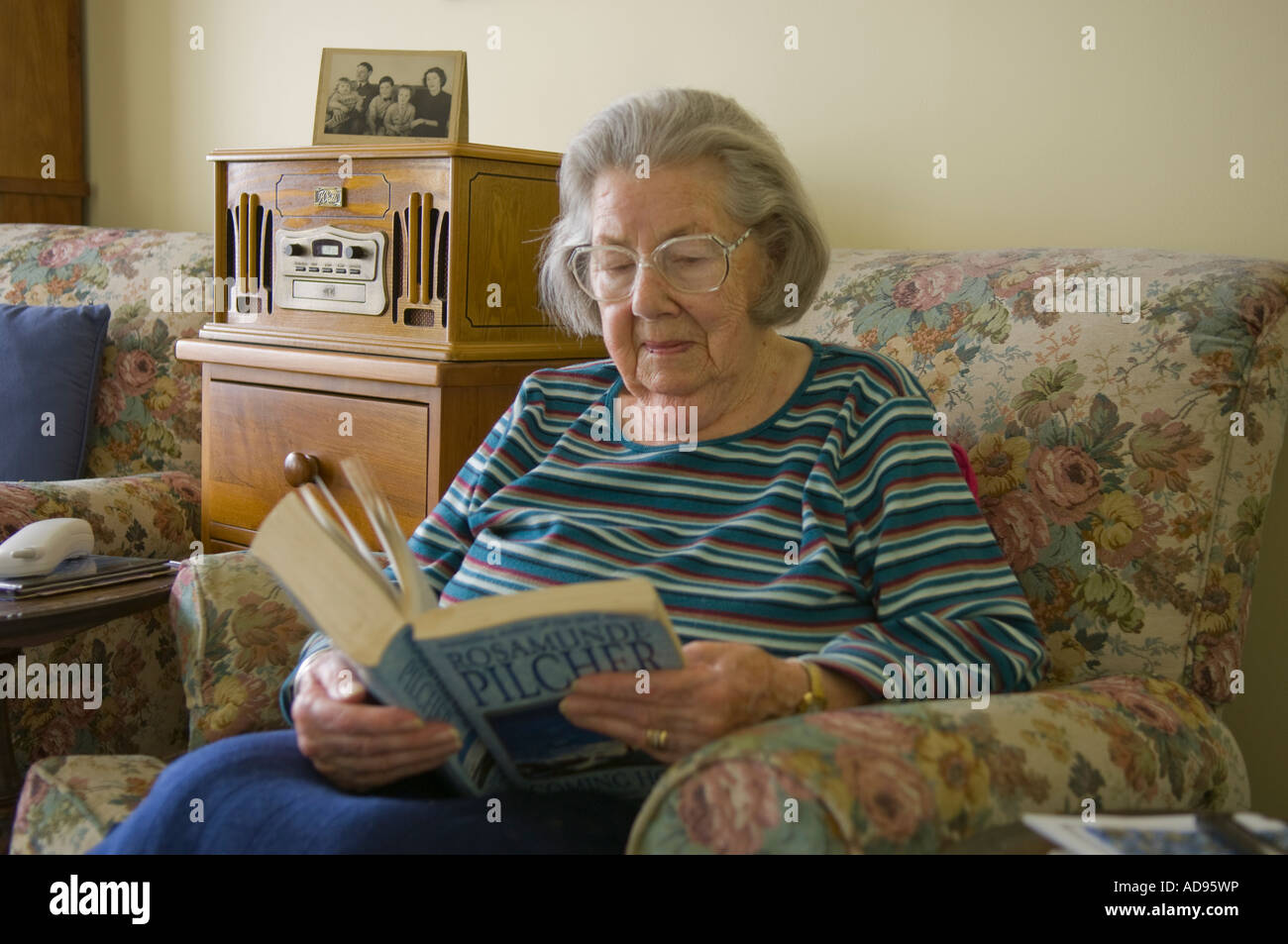 Elderly lady reading - Stock Image