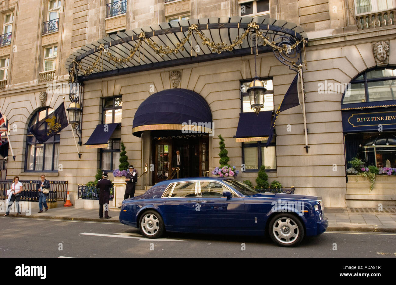 Car parked outside the hotel 'The Ritz', Piccadilly,  London, England - Stock Image