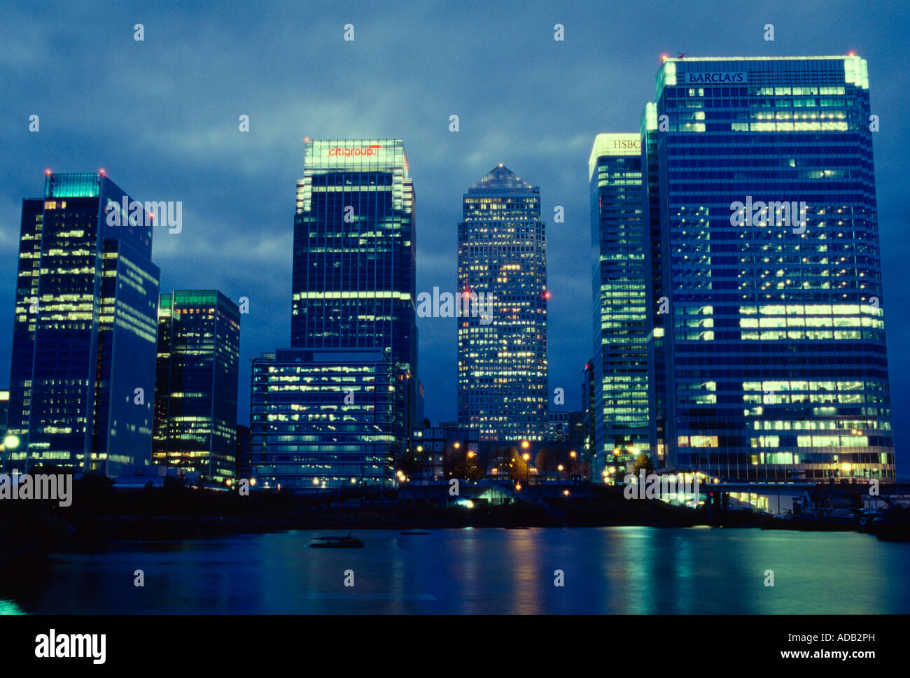 citicorp no 1 canada square hsbc barclays bank hq office buildings at dusk illuminated canary wharf london docklands