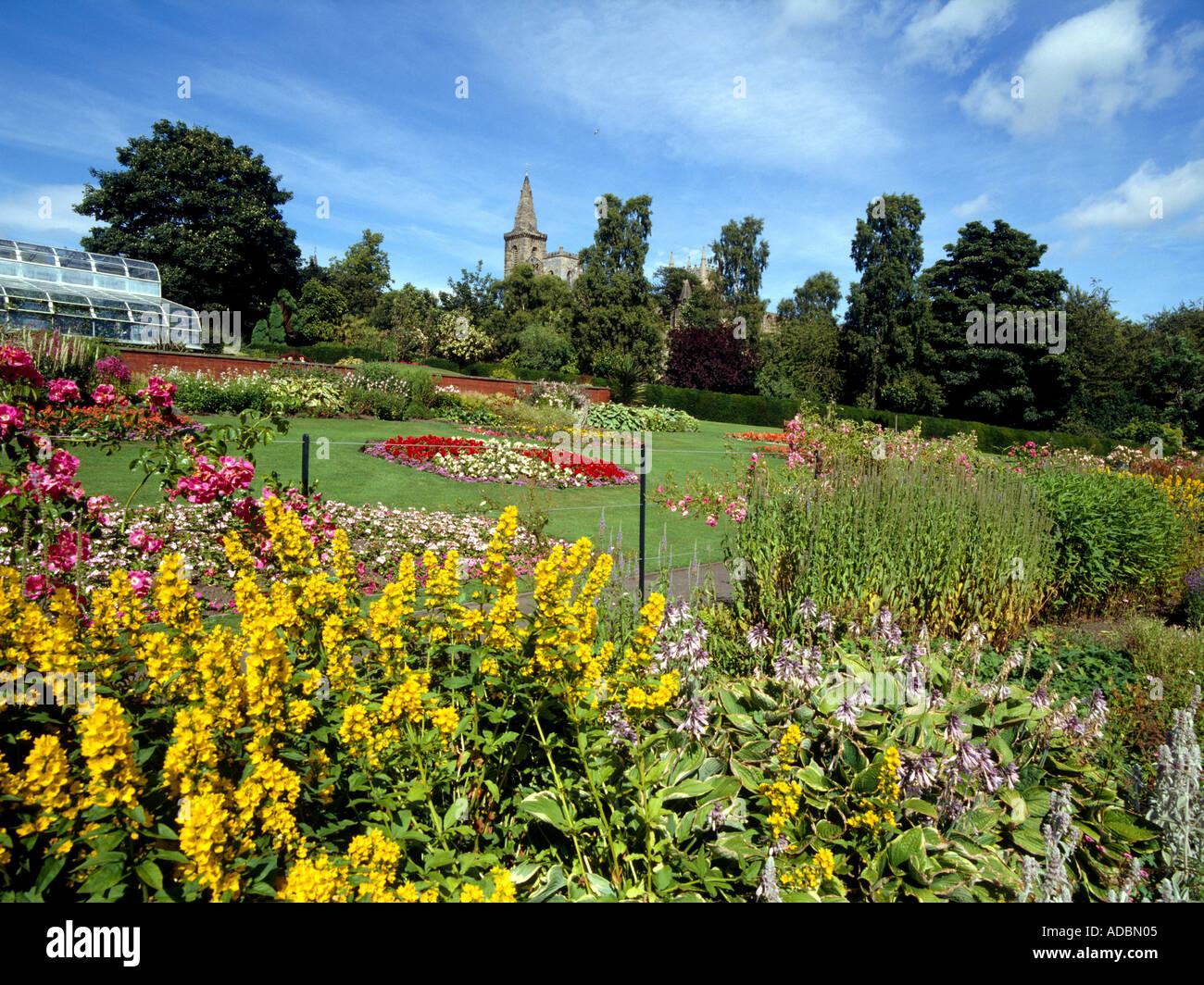 Pittencrief park DUNFERMLINE FIFE Flower gardens and Dunfermline Abbey Stock Photo