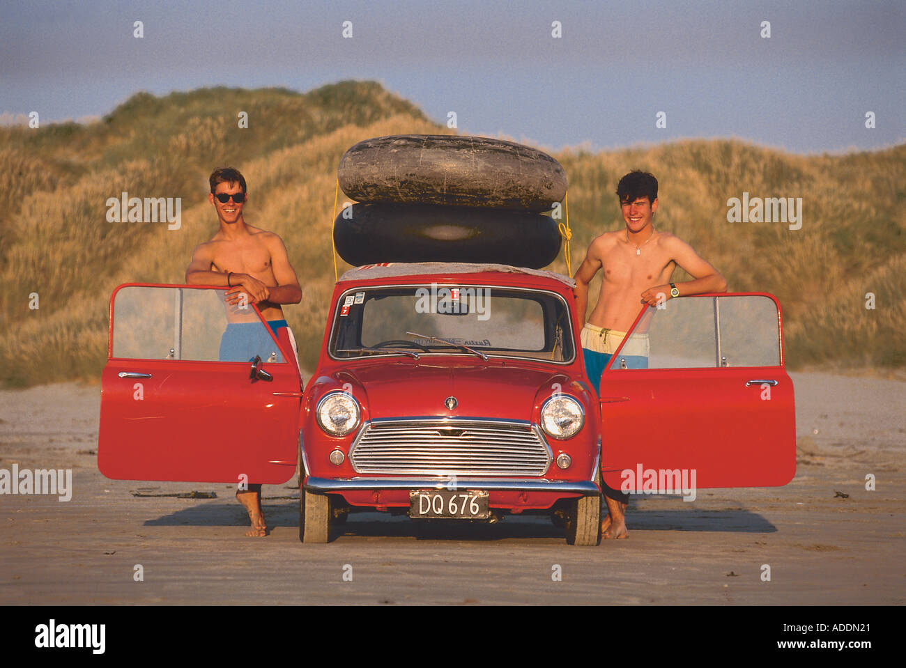 Zwei Maenner mit Mini, Oreti Beach South Island, Neuseeland - Stock Image