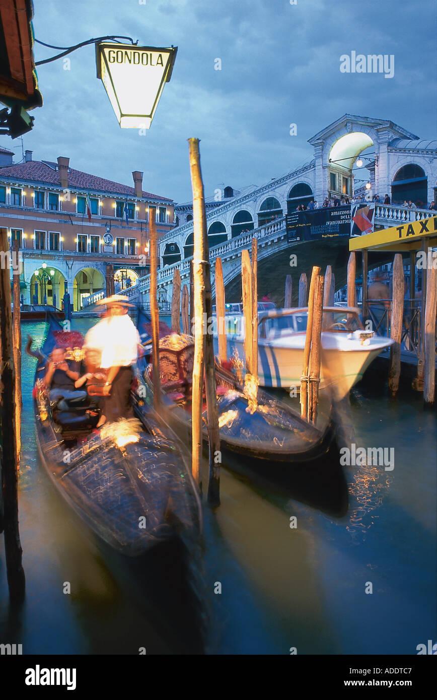 Rialto Bruecke mit Gondeln, Venedig Italien - Stock Image