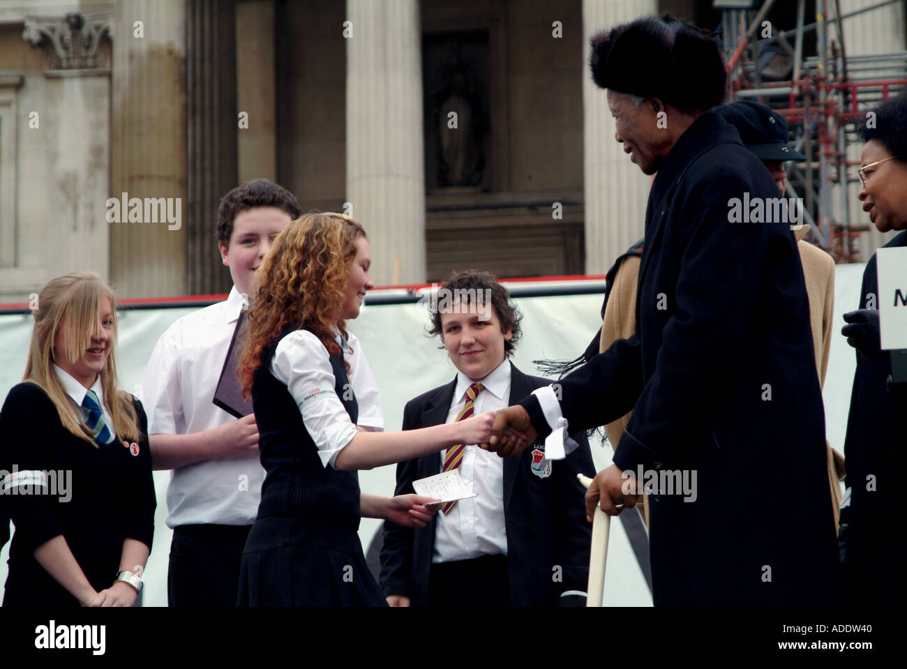 PRESIDENT NELSON MANDELA HAND SHAKING WITH THE GROUP OF STUDENT DURING THE RALLY OF MAKE POVERTY HISTORY IN TRAFALGAR SQ LONDON - Stock Image