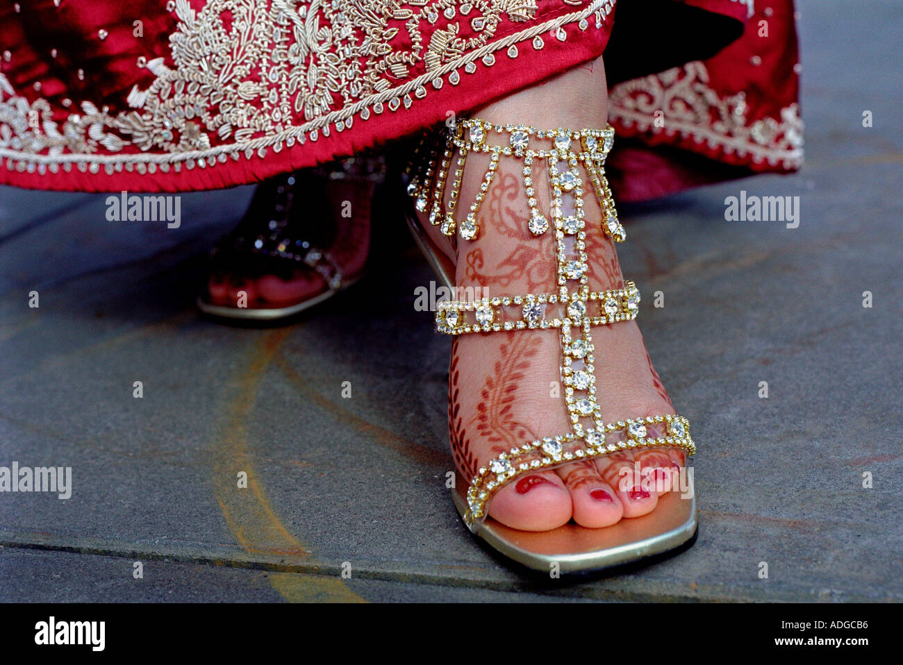 Indian bride with henna design on her feet. - Stock Image