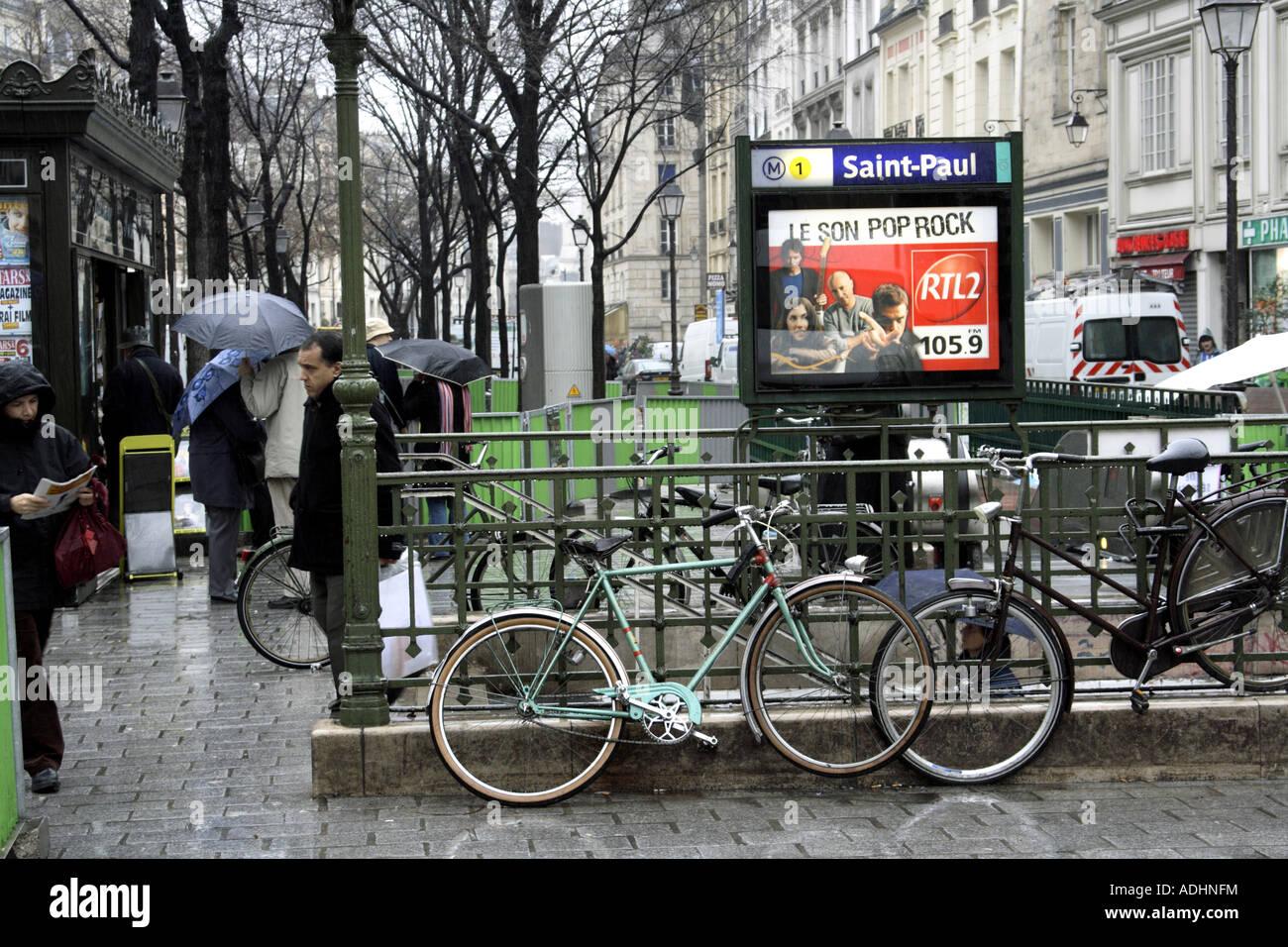 paris and the metro st paul stock photo 13426183 alamy. Black Bedroom Furniture Sets. Home Design Ideas
