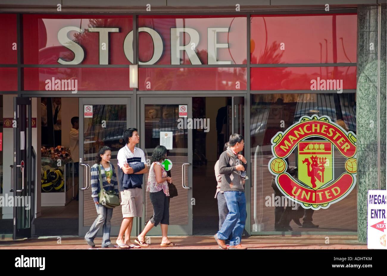 9e2a1b85e98 Tourists at Manchester United Megastore Old Trafford - Stock Image