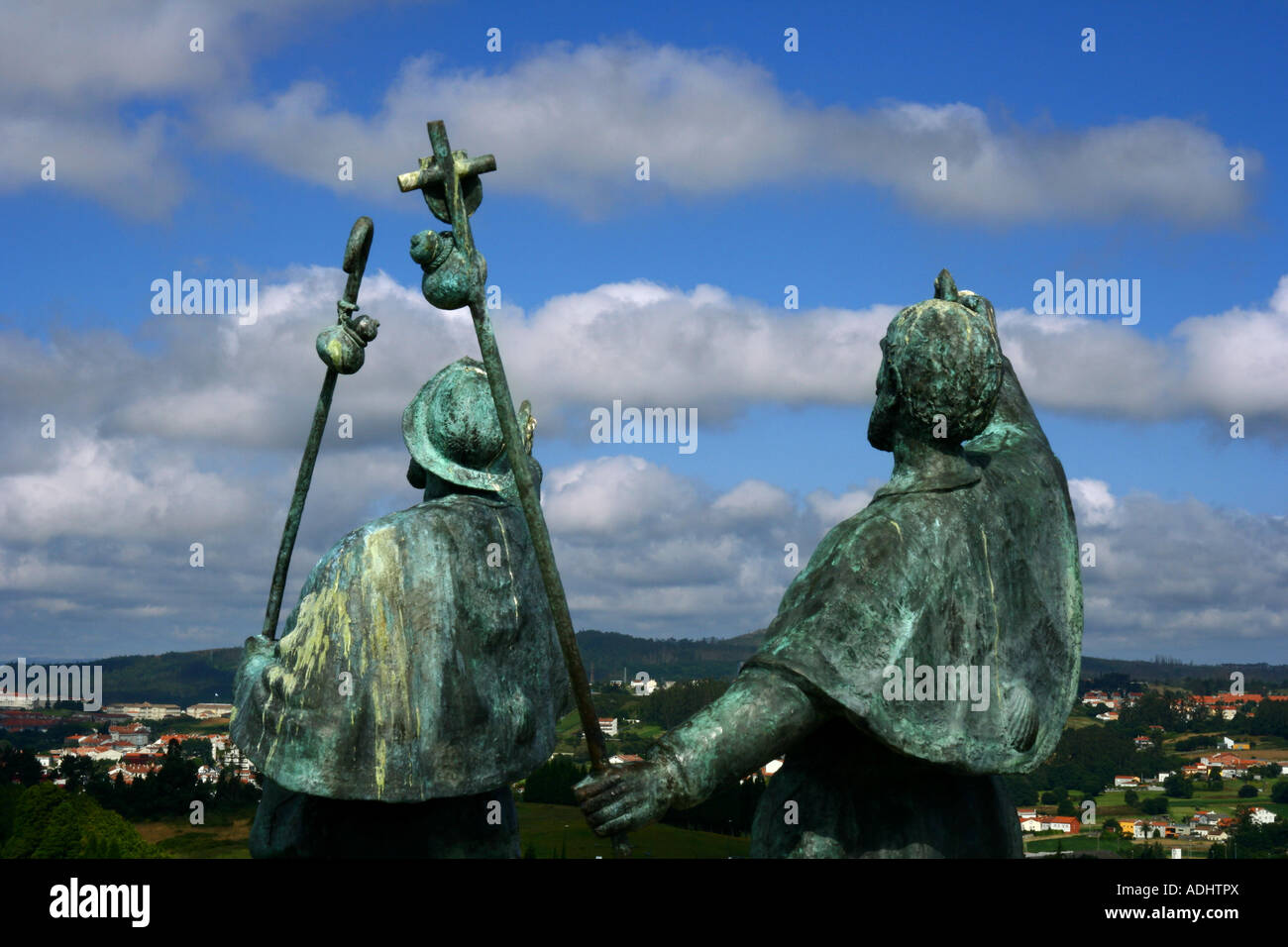 Sculpture of two pilgrims happy to see Santiago de Compostela from the Monte do Gozo at the end of their journey - Stock Image