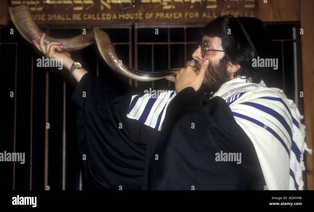 A rabbi blows the shofar to signal Rosh Hashanah, the Jewish New Year - Stock Image